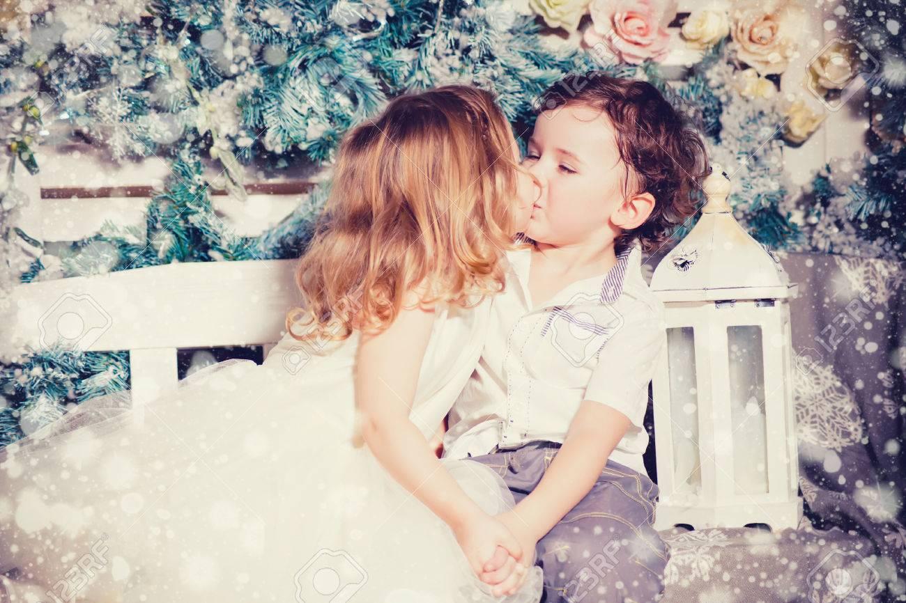 Weihnachten Kuss Des Kleinen Jungen Und Mädchen Lizenzfreie Fotos ...