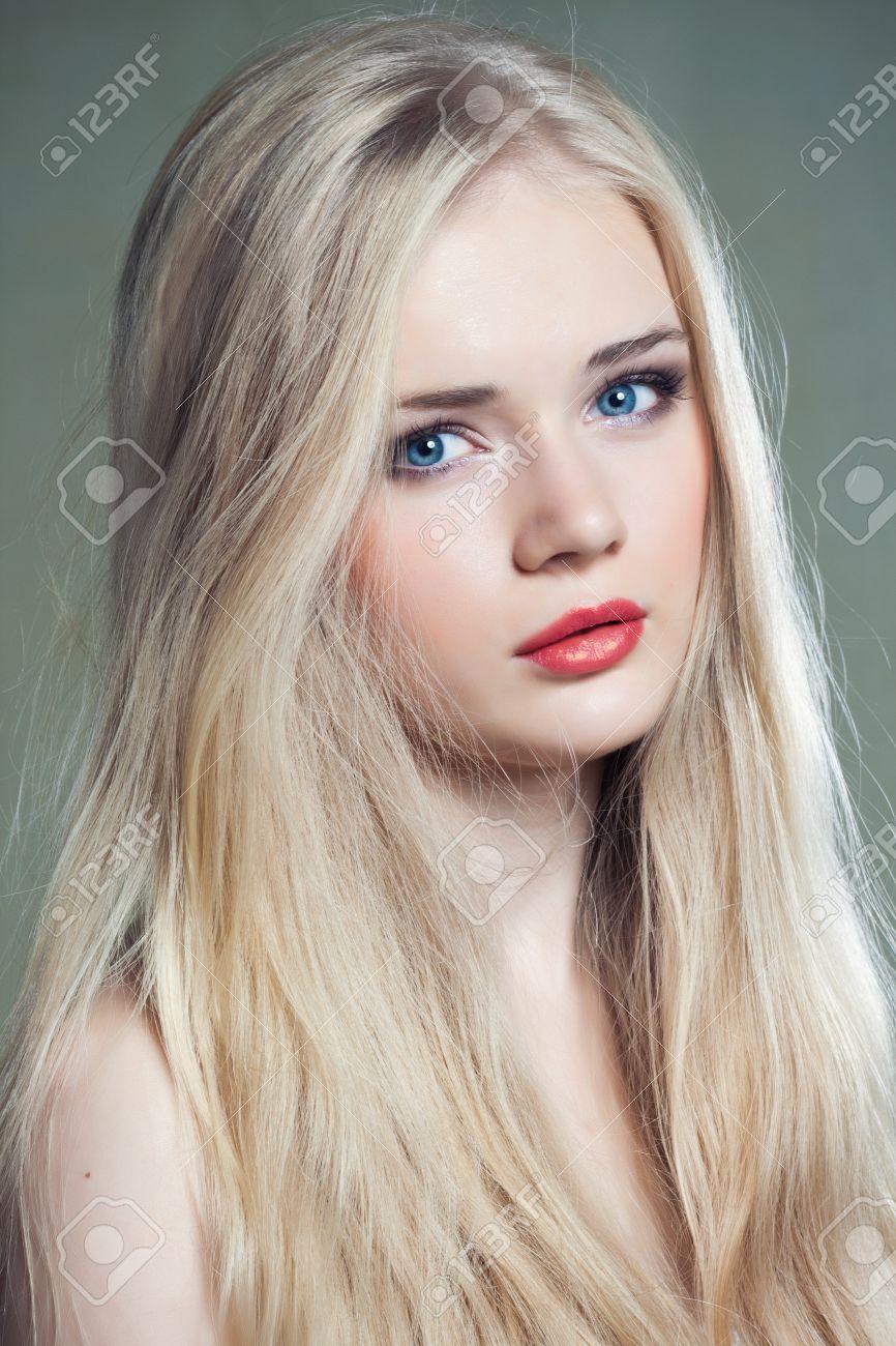 Schöne Mädchen Mit Blauen Augen Und Dem Langen Blonden Haar