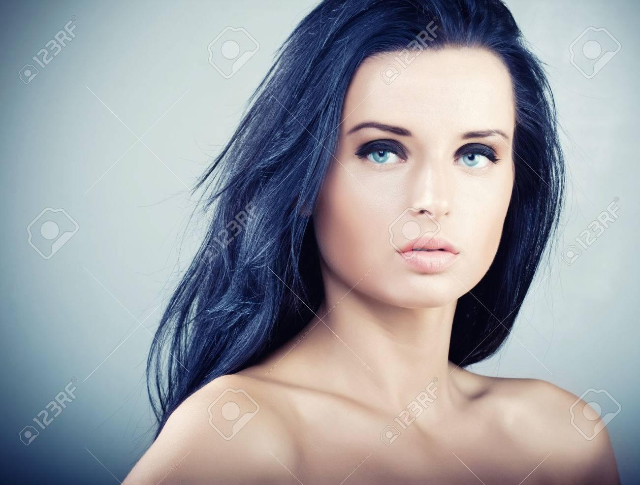 Dunkle haare helle haut blaue augen