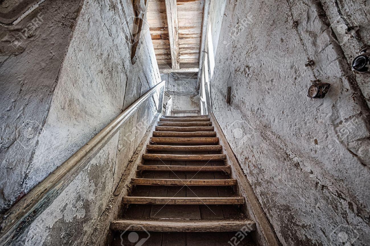 escaleras viejas en el interior de una casa olvidada foto de archivo