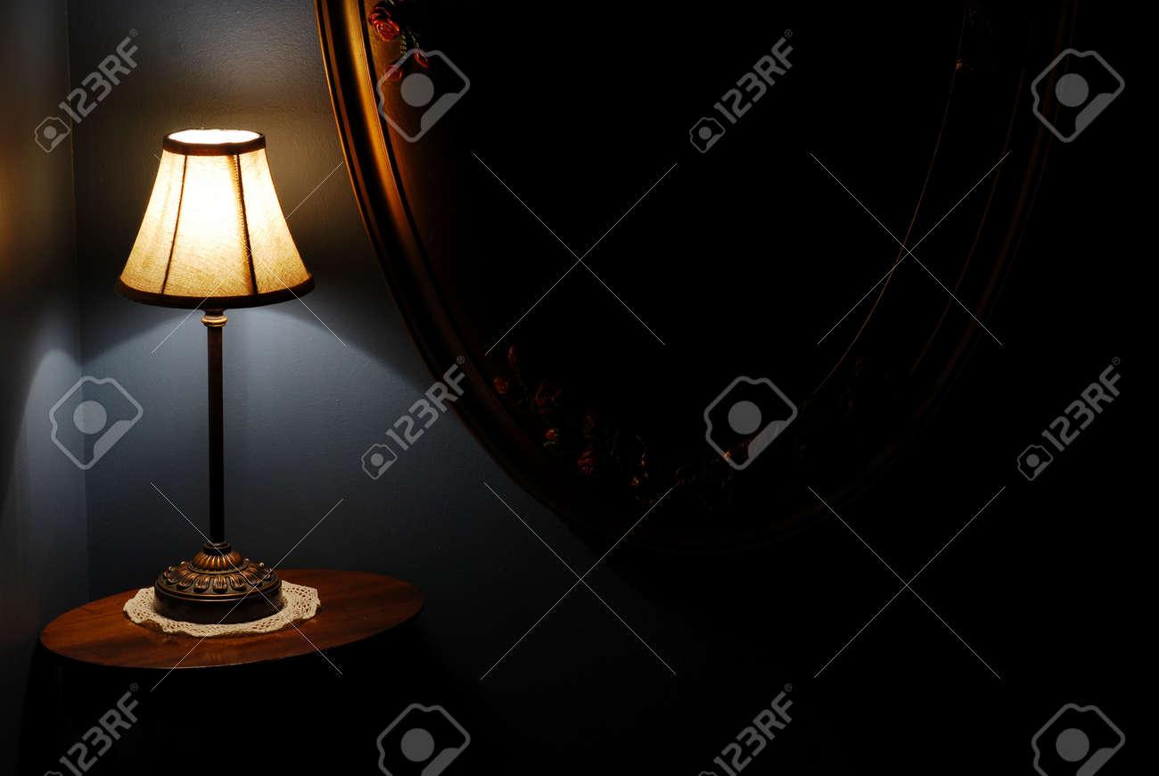 Vista en aterrizar la de ovalada antiguo lámpara mesacon muro de escalera la espejo de noche forma la UzpVSM