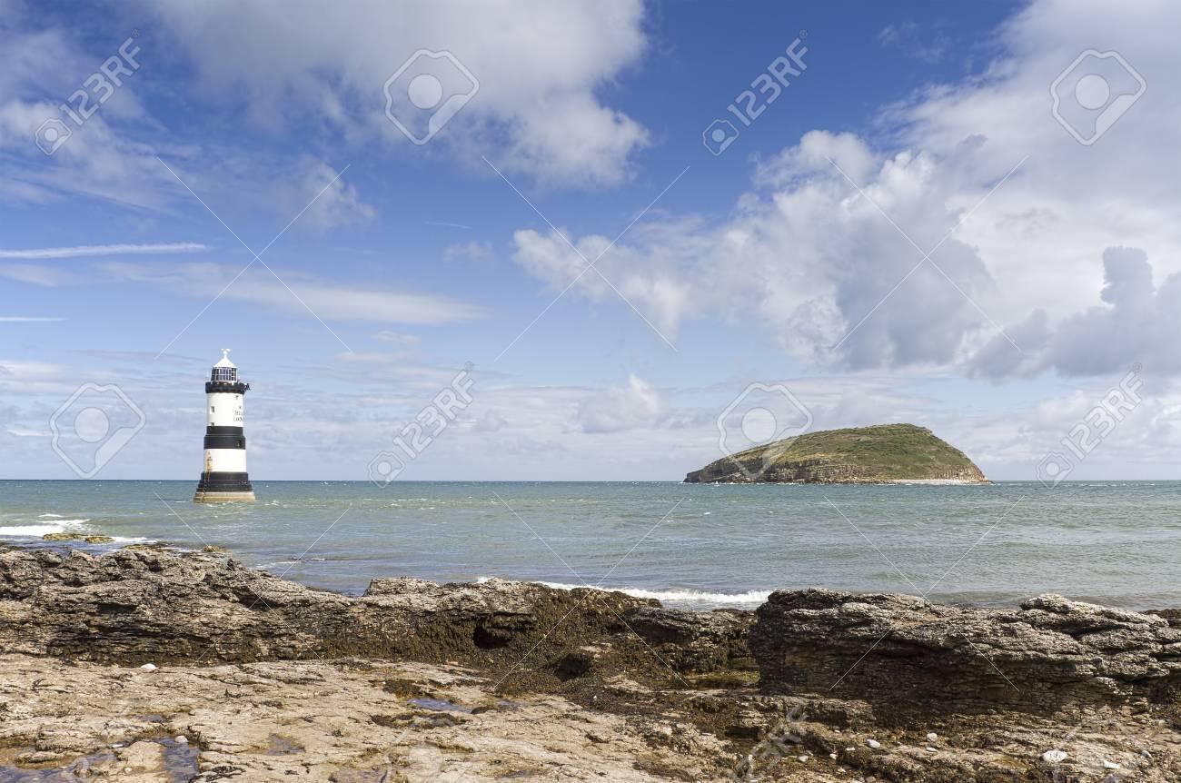 灯台とパフィン島ペンモンビーチ...