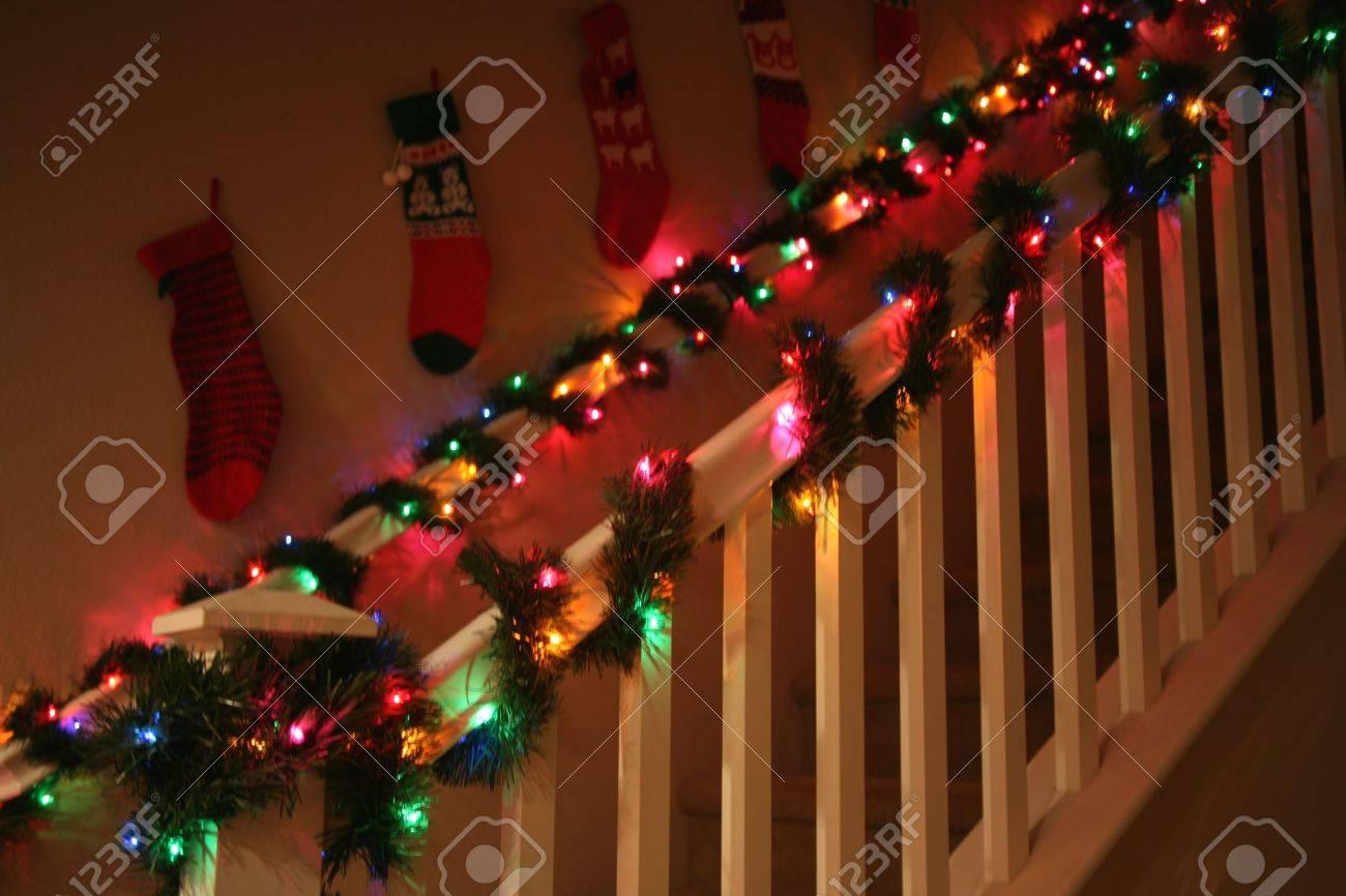 Lovely Geländer Geschmückt Mit Girlanden Und Lichtern Weihnachten ...