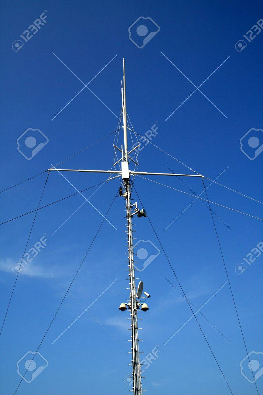 Tall cellular repeater antenna