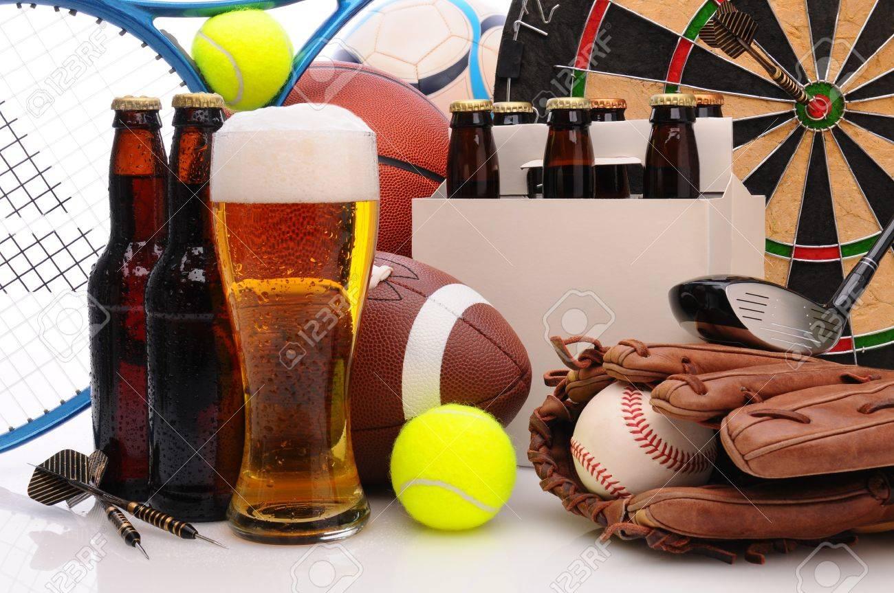 Six-Pack Bier Und Schaumig Glas Umgeben Von Sport-Ausrüstung ...