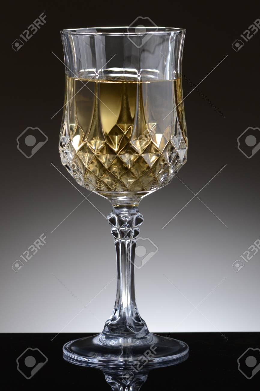 Gros Plan D Un Verre De Vin Chardonnay Fantaisie Sur Une Lumière à Fond Gris Foncé Banque D Images Et Photos Libres De Droits Image 17960525