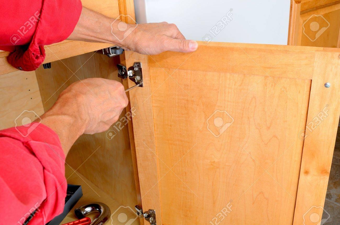 Nahaufnahme Einer Installateuren Händen Anbringen Eines Scharnier ...