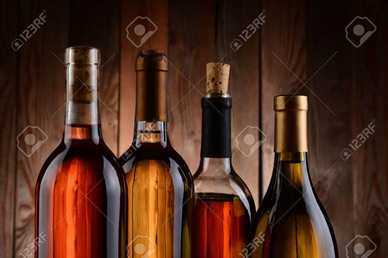 Quatre Bouteilles De Vin Sur Un Fond De Bois Les Bouteilles Nont Aucune étiquette Et La Texture De Larrière Plan Montre à Travers Horizontal Format