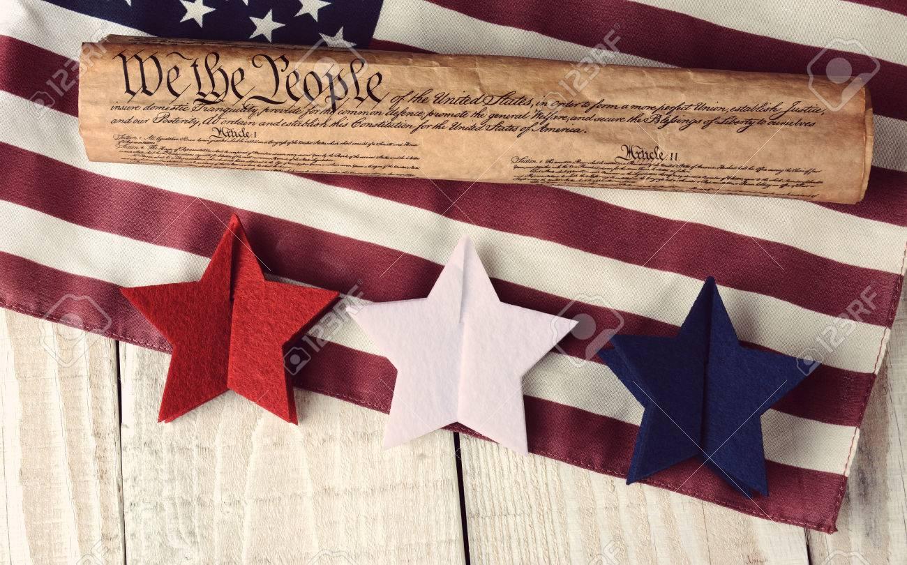 Ein US-Verfassung Bis Rollte Auf Eine Amerikanische Flagge Mit Roten ...