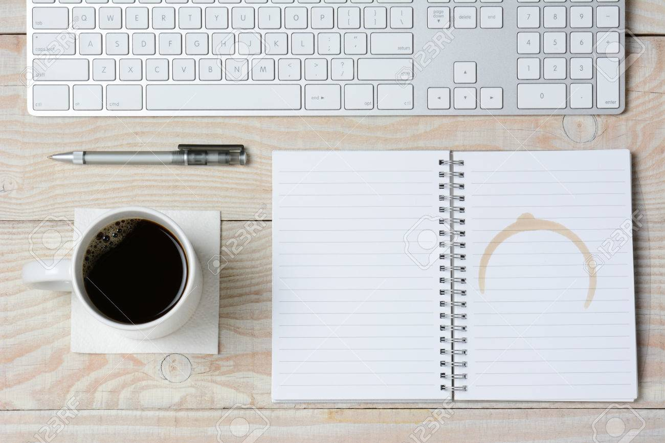Haut angle de tir d un bureau rustique blanc avec un clavier
