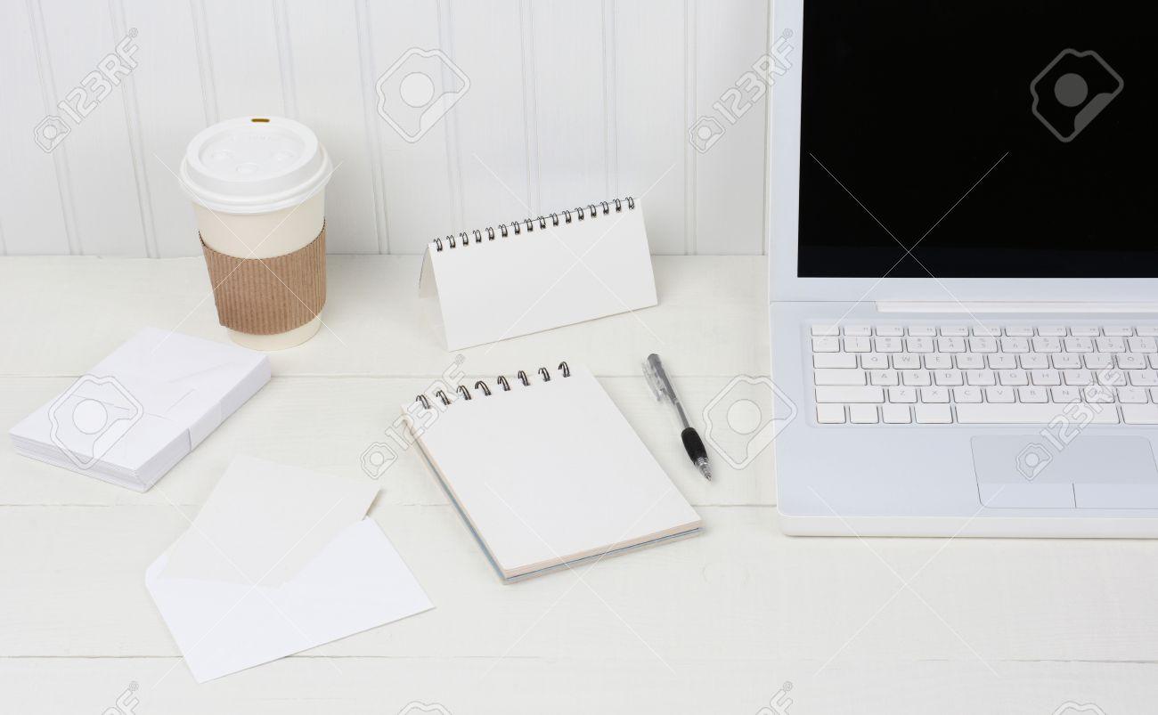 Gros plan d un bureau blanc soigné avec un ordinateur portable