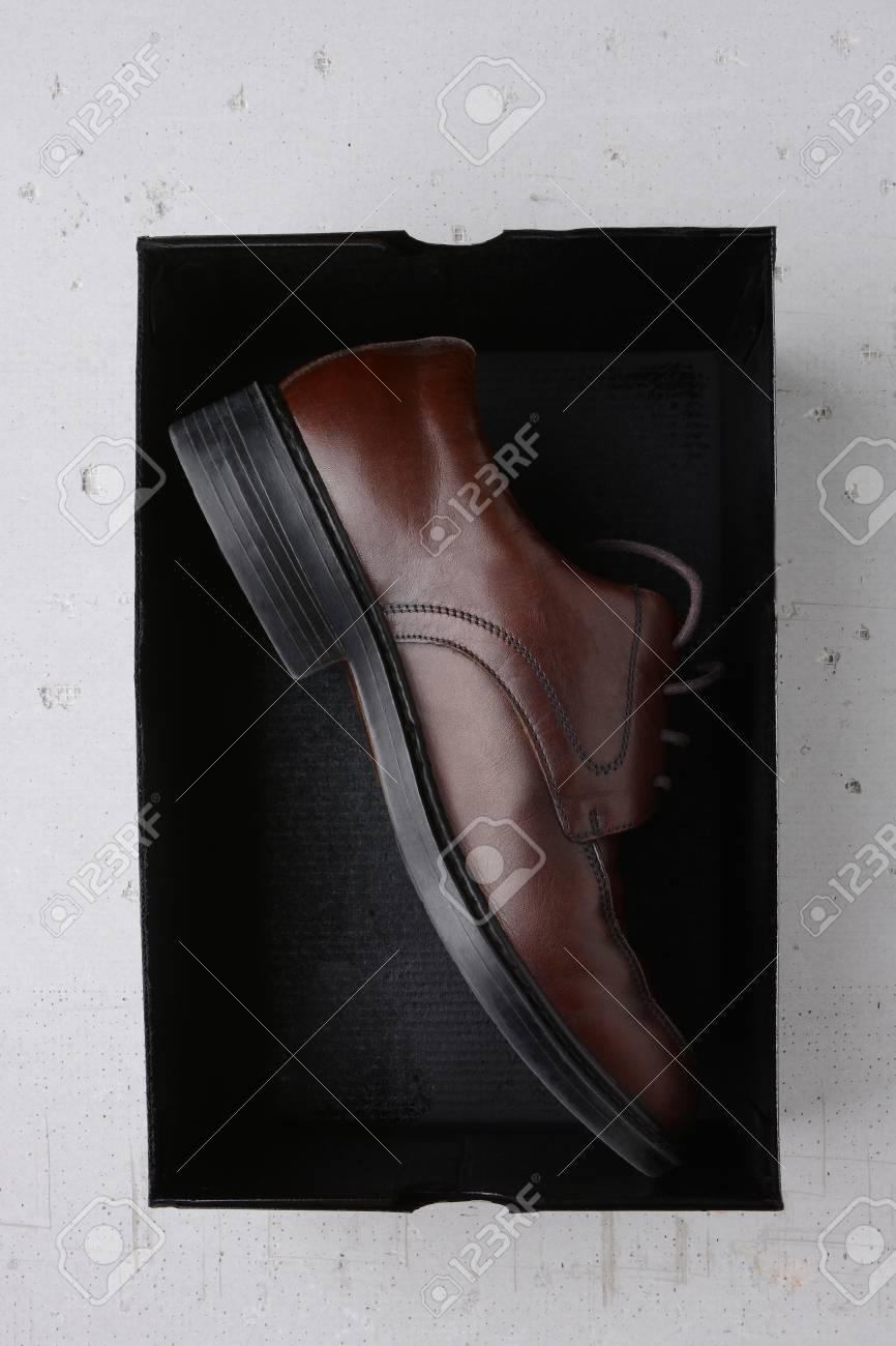Une Un Sur De Gros Chaussure Dans Noire Fond Gris Boîte Béton Seule D'une Plan Brune kiXZPu