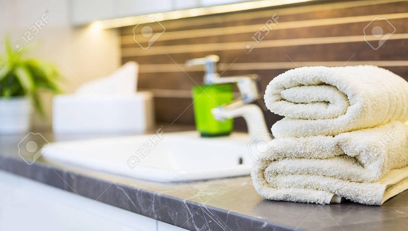 Närbild av ett tvättställ i en modern badrumsinredning. royalty ...