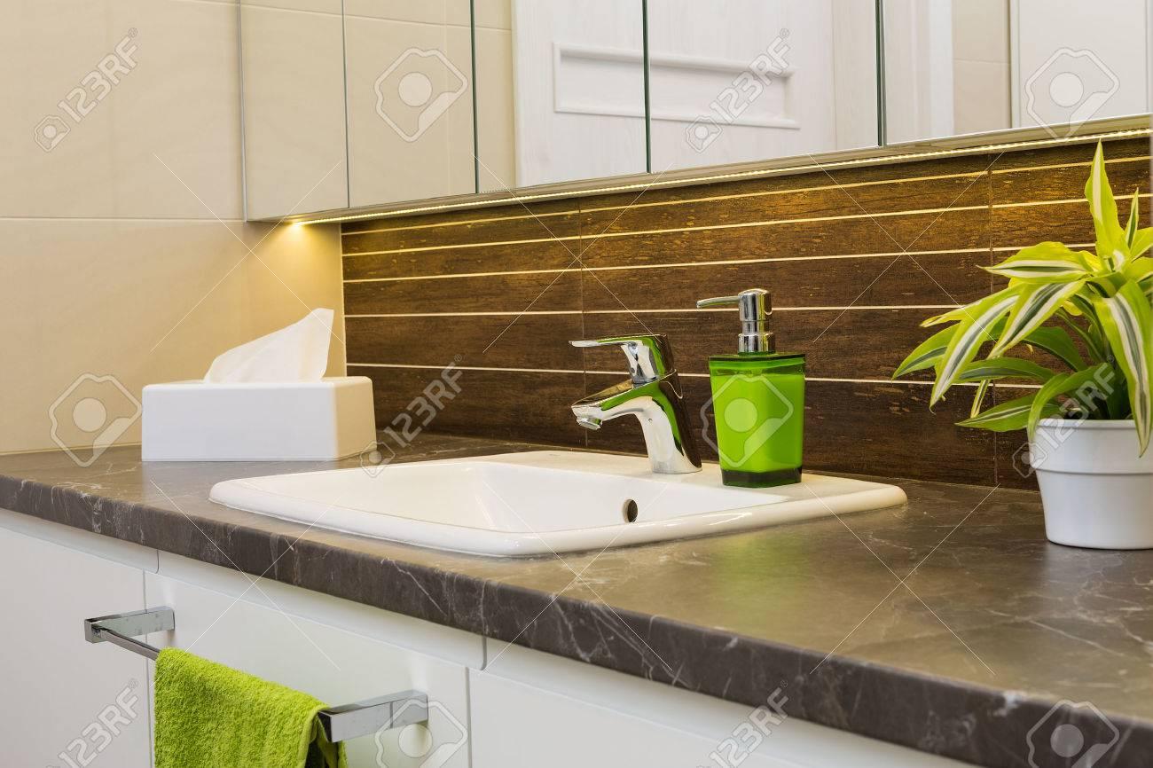 Gros plan d'un lavabo dans un intérieur moderne de salle de bains. Banque d'images - 42356413
