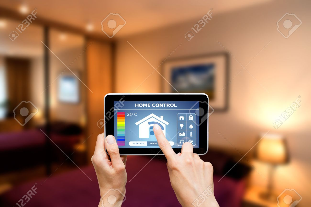Remote home control system on a digital tablet or phone. Banque d'images - 42356423