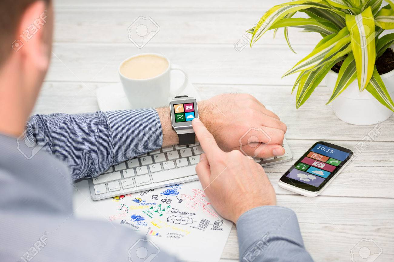 Businessman uses smart watch and phone. Smartwatch concept. Banque d'images - 42356439