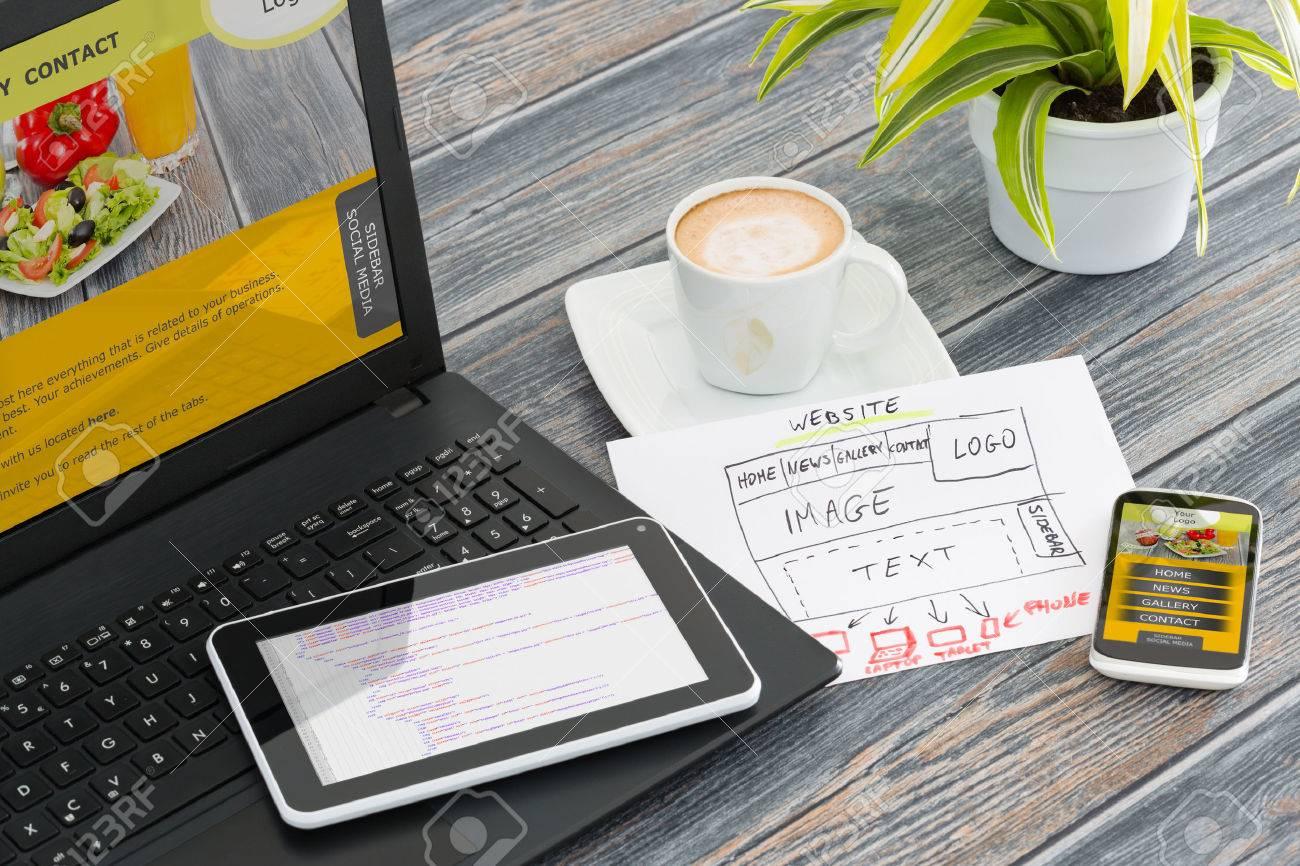 Le bureau de design avec le concept de site web adaptatif. Banque d'images - 42356443