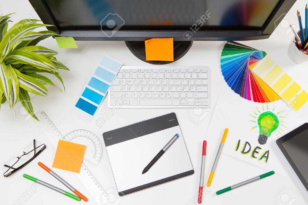Graphic designer at work. Color swatch samples. Banque d'images - 44883342
