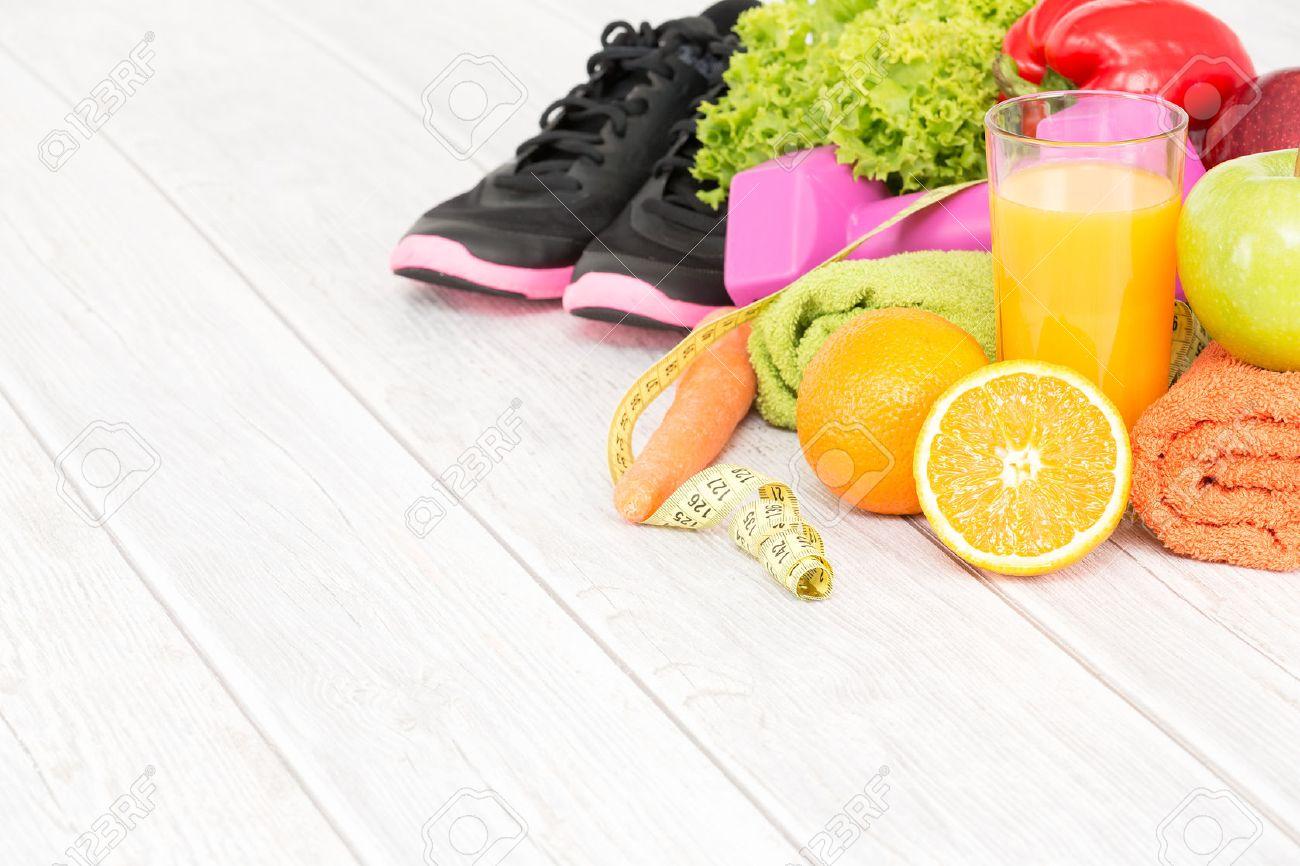 Équipement de conditionnement physique et une alimentation saine sur fond de bois. Banque d'images - 44883637