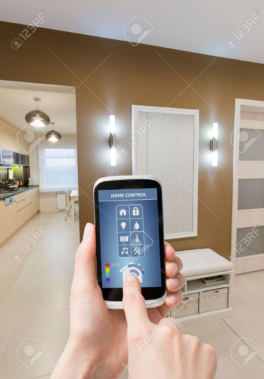 Système de contrôle à distance de la maison sur une tablette numérique ou un téléphone. Banque d'images - 44883772