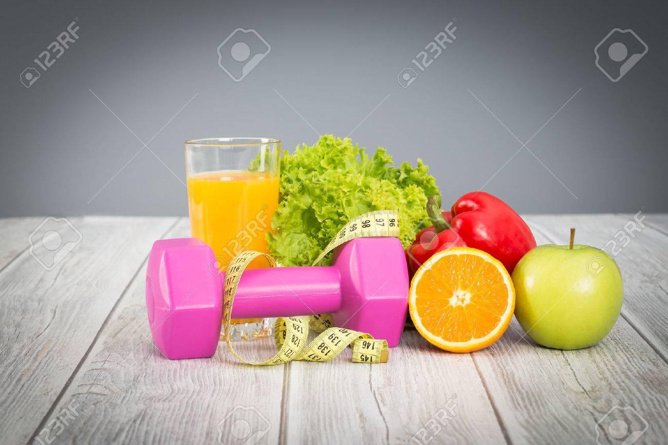 concept de remise en forme avec des haltères et des aliments sains. Banque d'images - 44883943