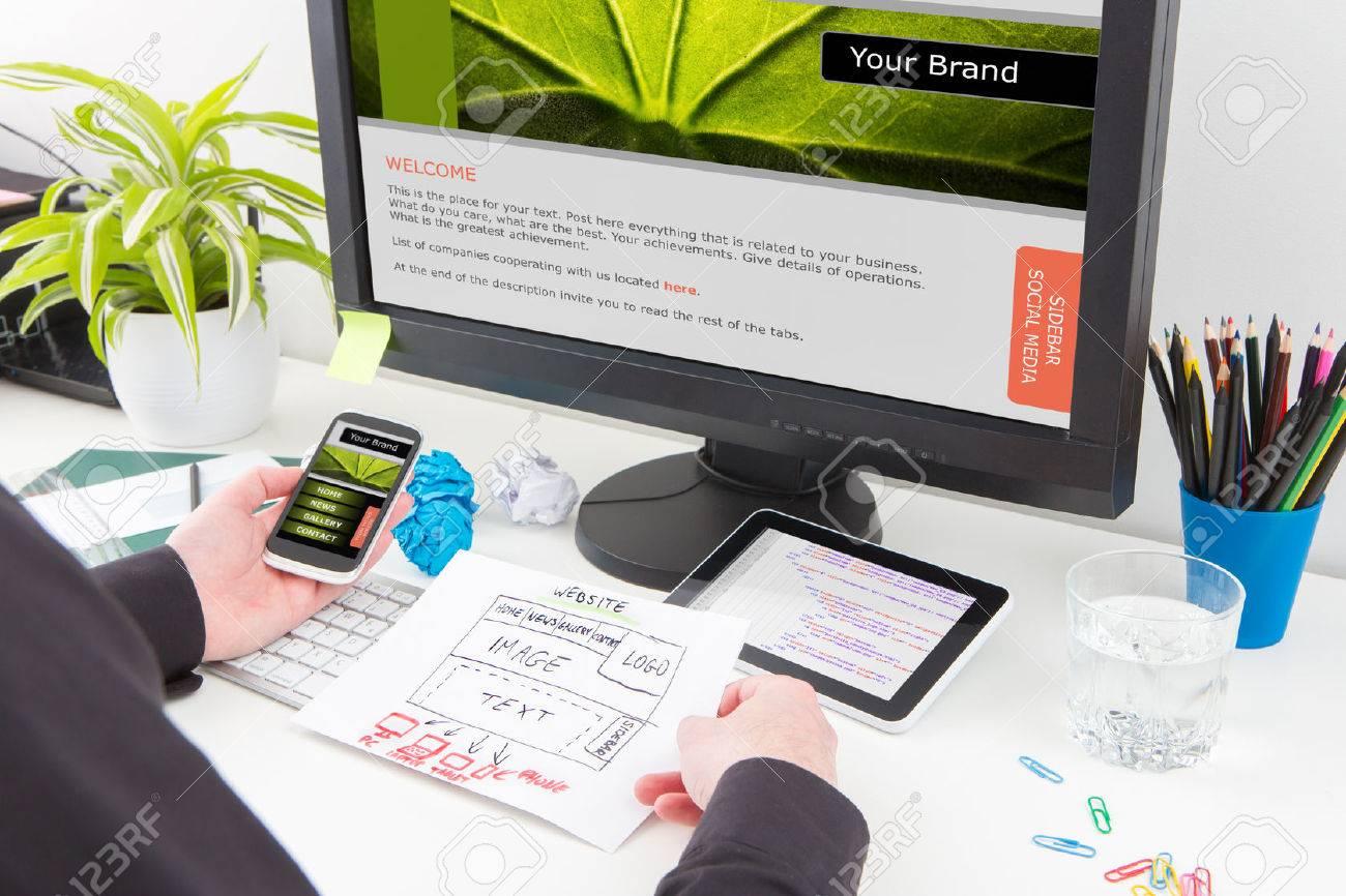 Designer's desk with responsive web design concept. Banque d'images - 51156168