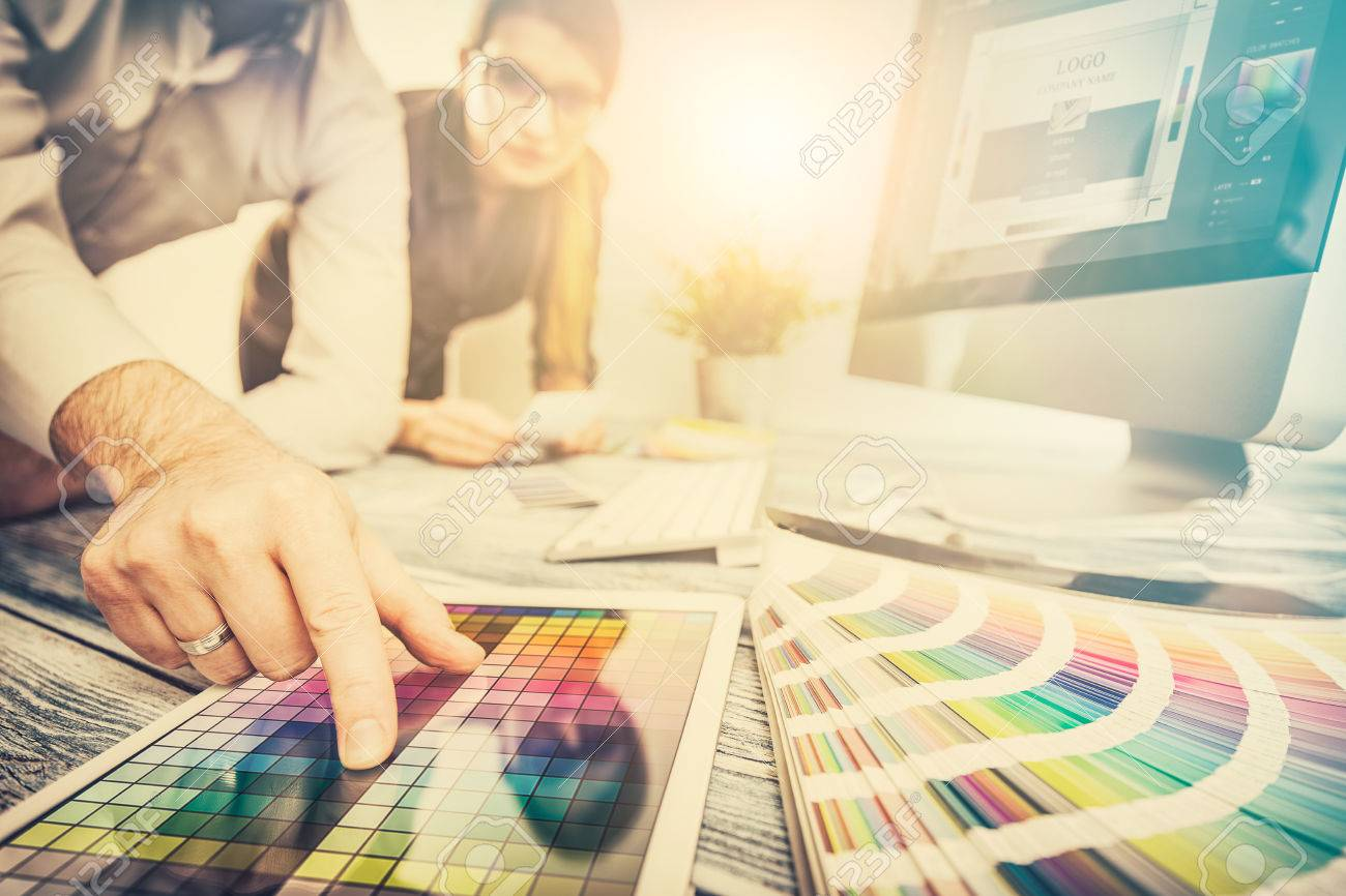 graphiste créatif tablette de travail de créativité conception conception coloration artiste idées de couleur de style réseau modèle de portable humain endroit concept - image Banque d'images - 73651036
