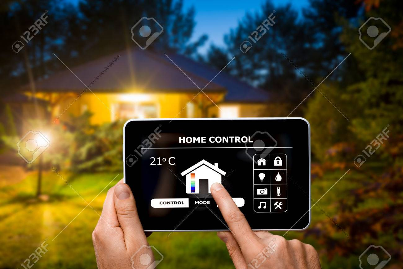 Remote home control system on a digital tablet or phone. Banque d'images - 74151777