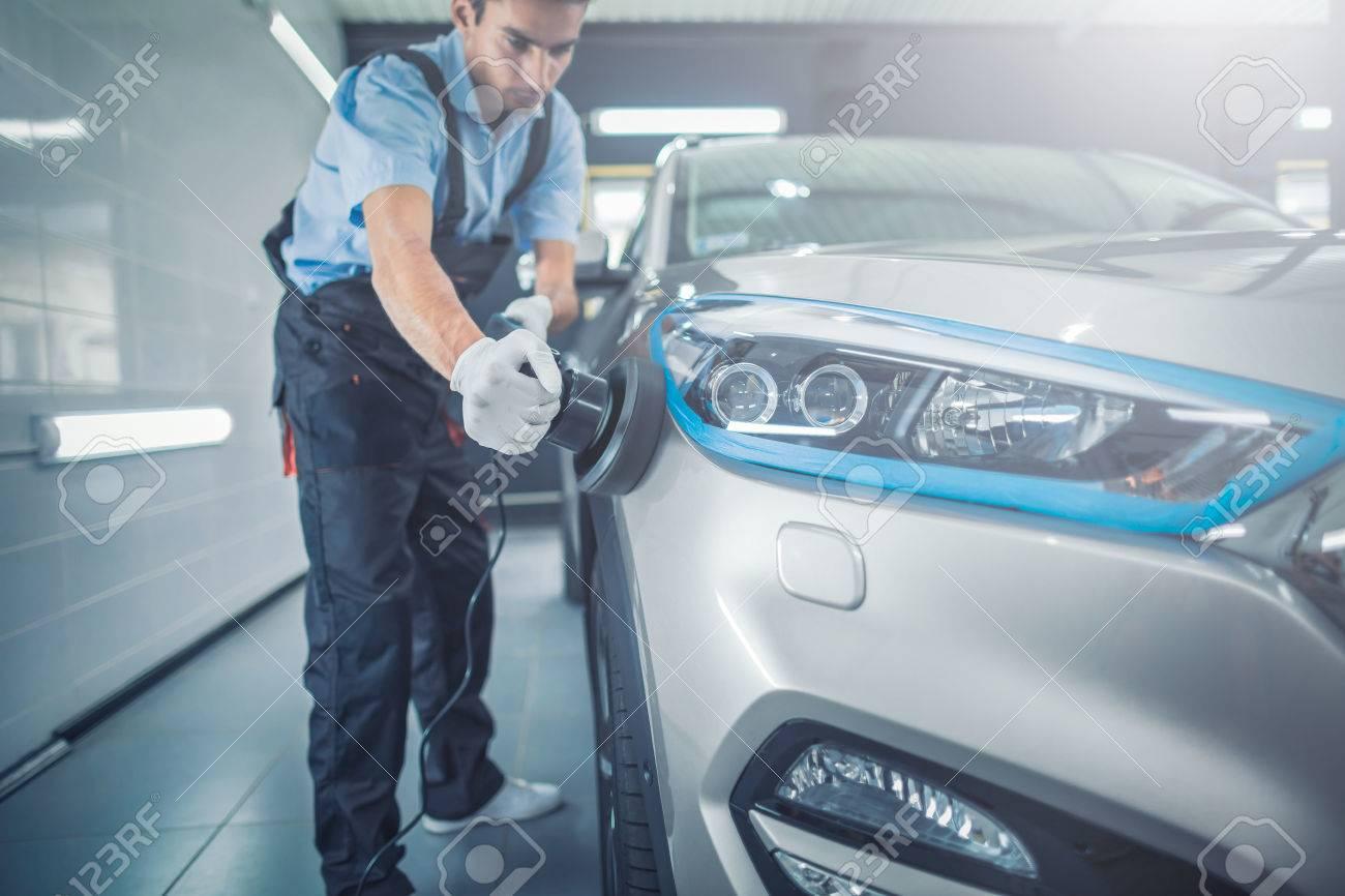 詳しく述べる車 - 男の手にポリ...
