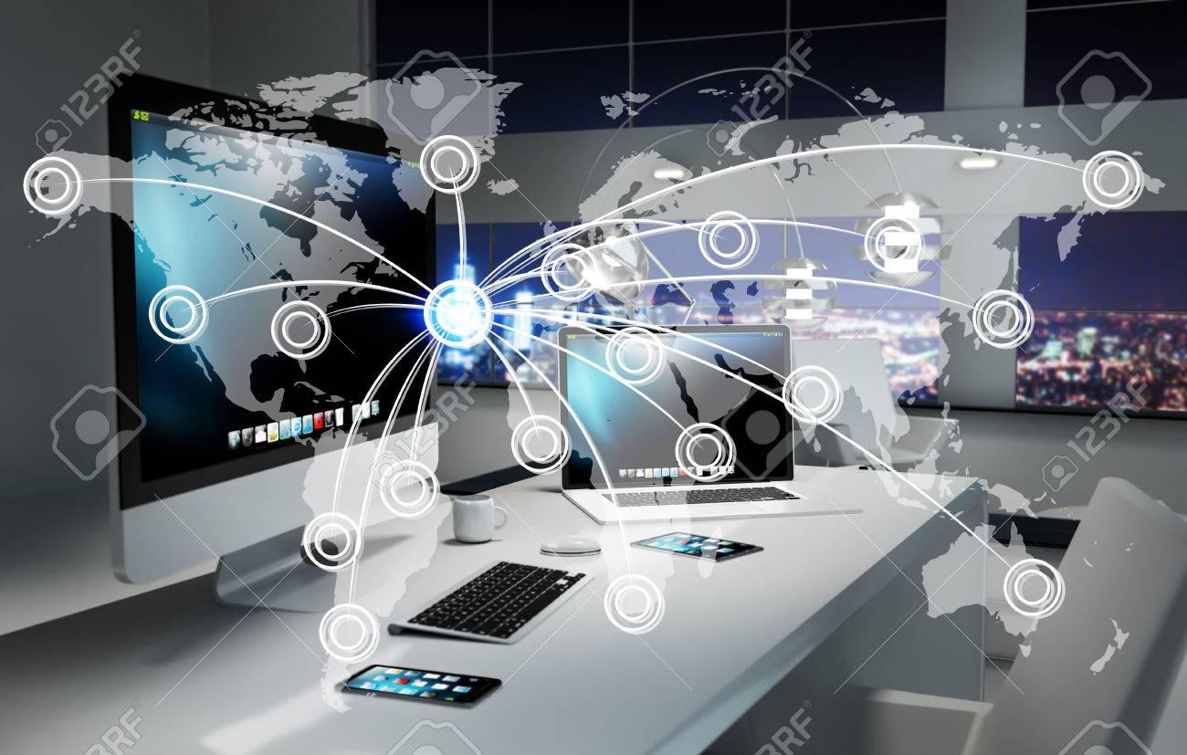Bureau avec appareils modernes et carte mondiale numérique flottant