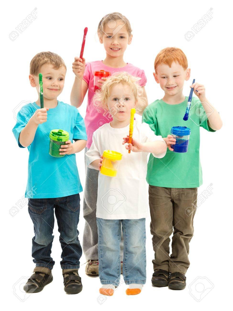 Grupo De Niños Con Los Cepillos De Pintura Para Niños Listos Para ...