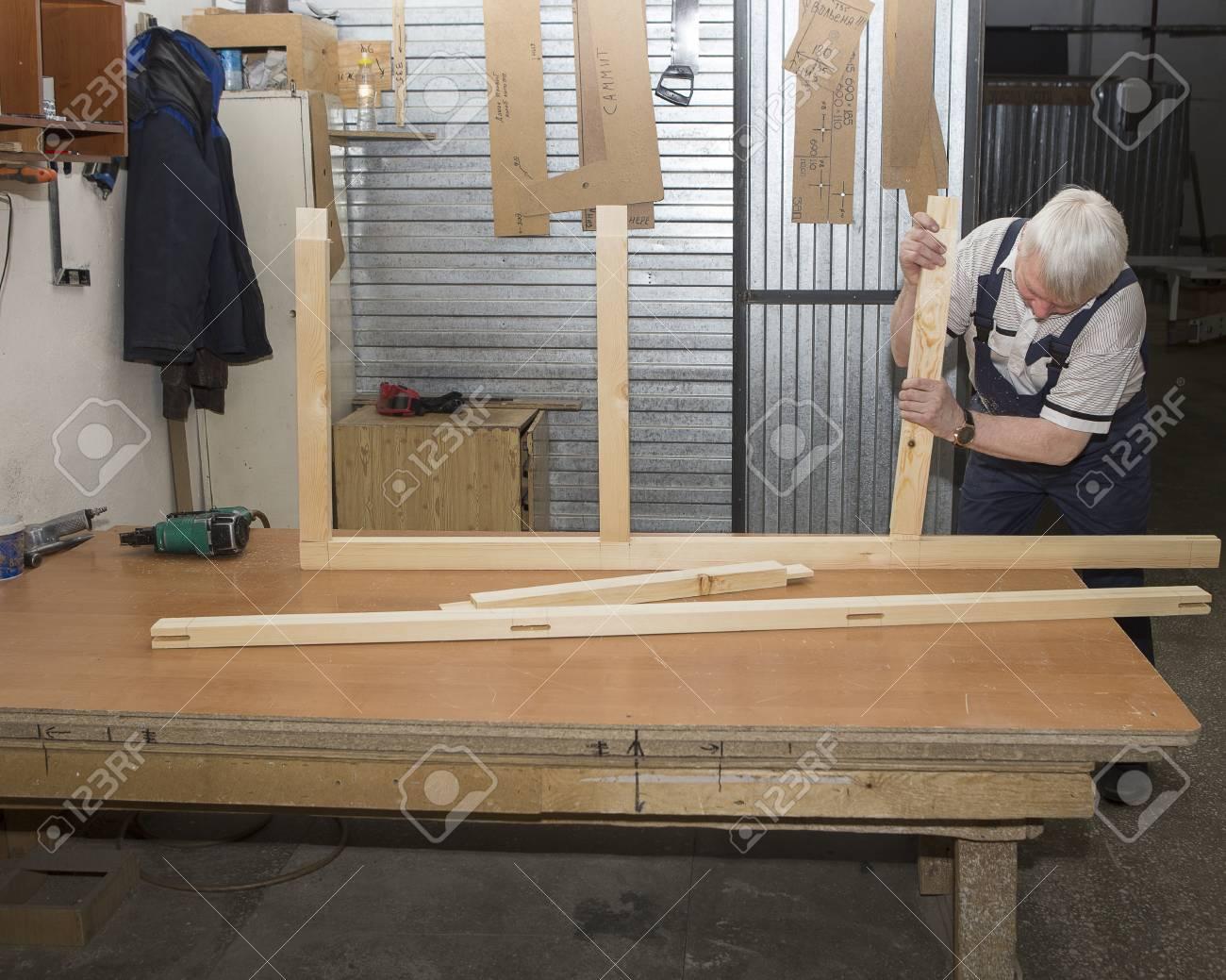 arbeiter mit sagemaschine um mobel in der tischlerwerkstatt zu machen handgefertigtes geschaft in der