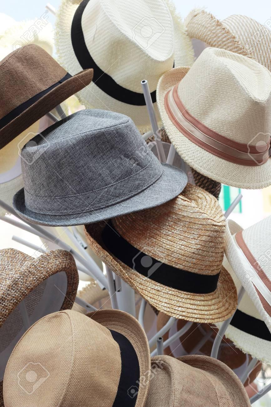 acdd52f7e4 Foto de archivo - Sombreros para la venta en el mercado