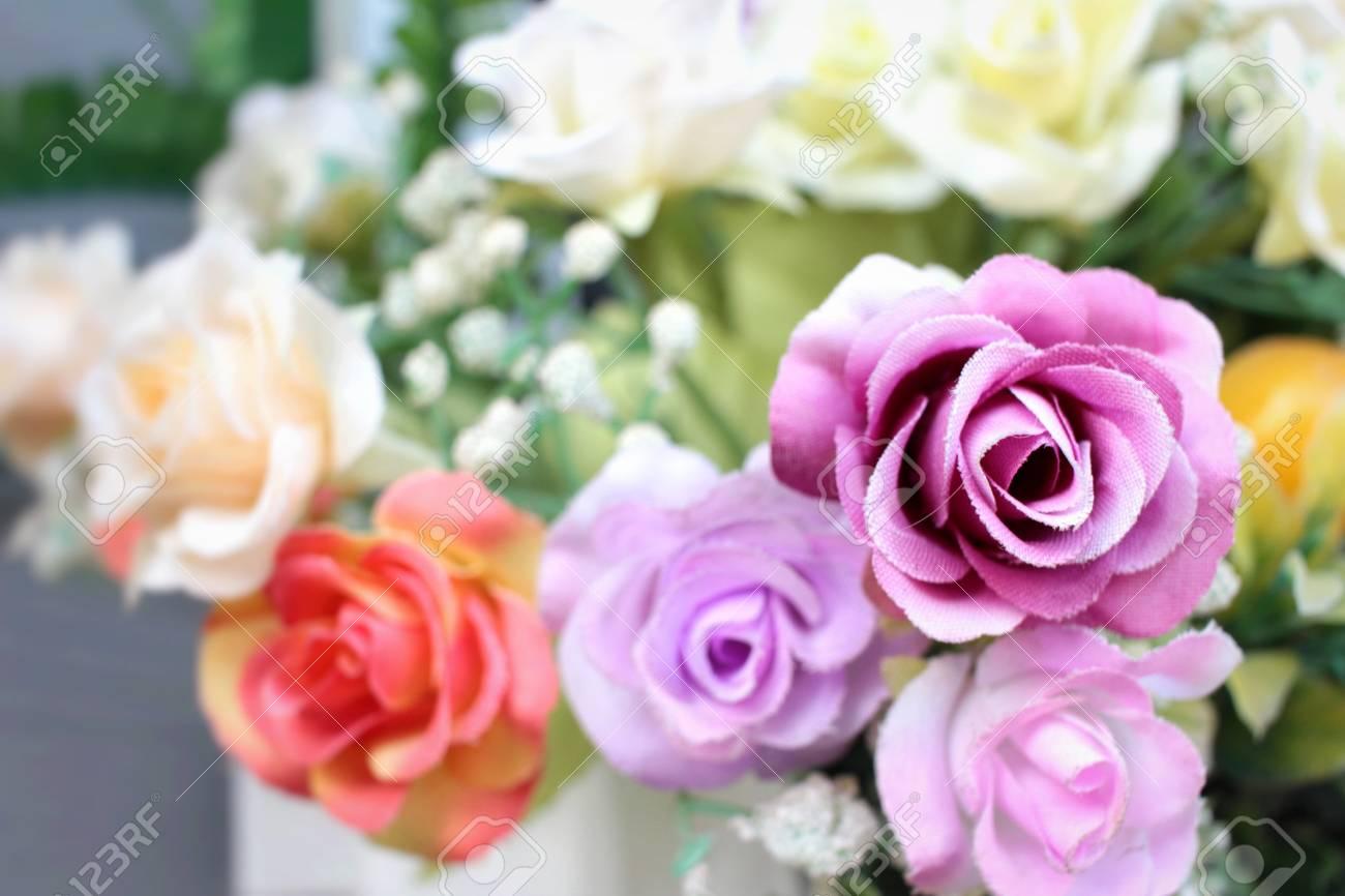 belles roses anciennes de fleurs artificielles banque d'images et