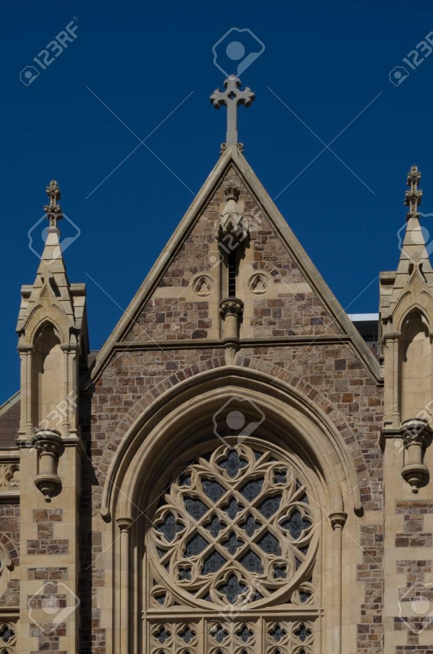 アデレード、見上げる教会の前の...