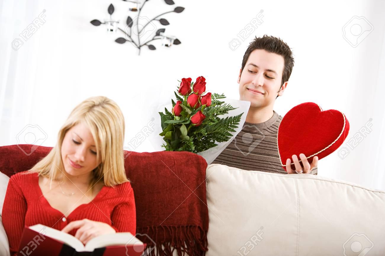 Valentinstag Mann Schleicht Sich Mit Valentine Geschenke Für