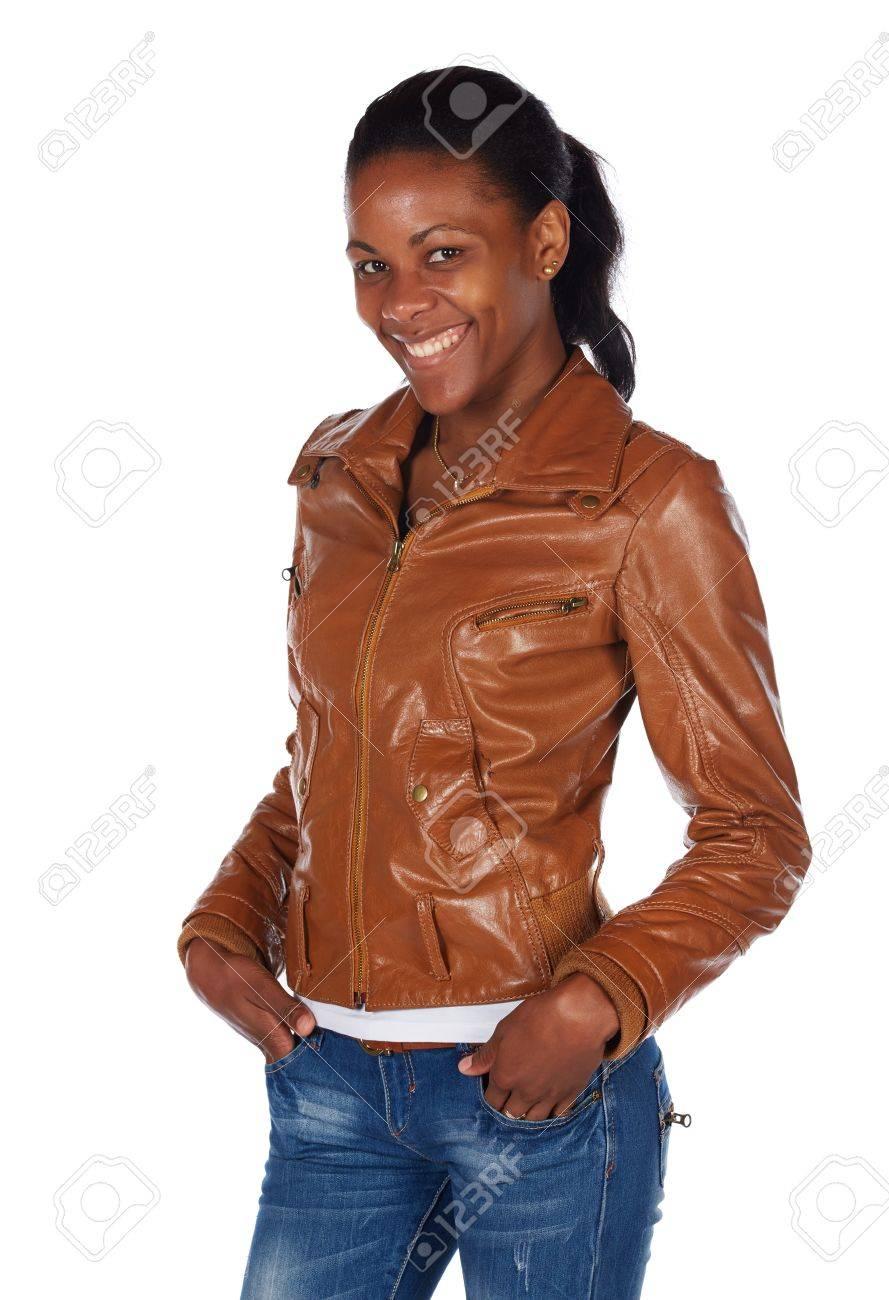 c4aa000c6865 Beau Noir Africain Jeune Femme Adulte En Tenue Décontractée Dans Une Veste  En Cuir Marron Et Un Jean Bleu Avec Ses Cheveux Plaqués En Arrière Dans Une  Queue ...