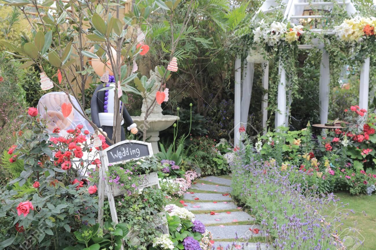 Blooming Arco De Flores Con Sendero En El Jardn Para El Fondo De La