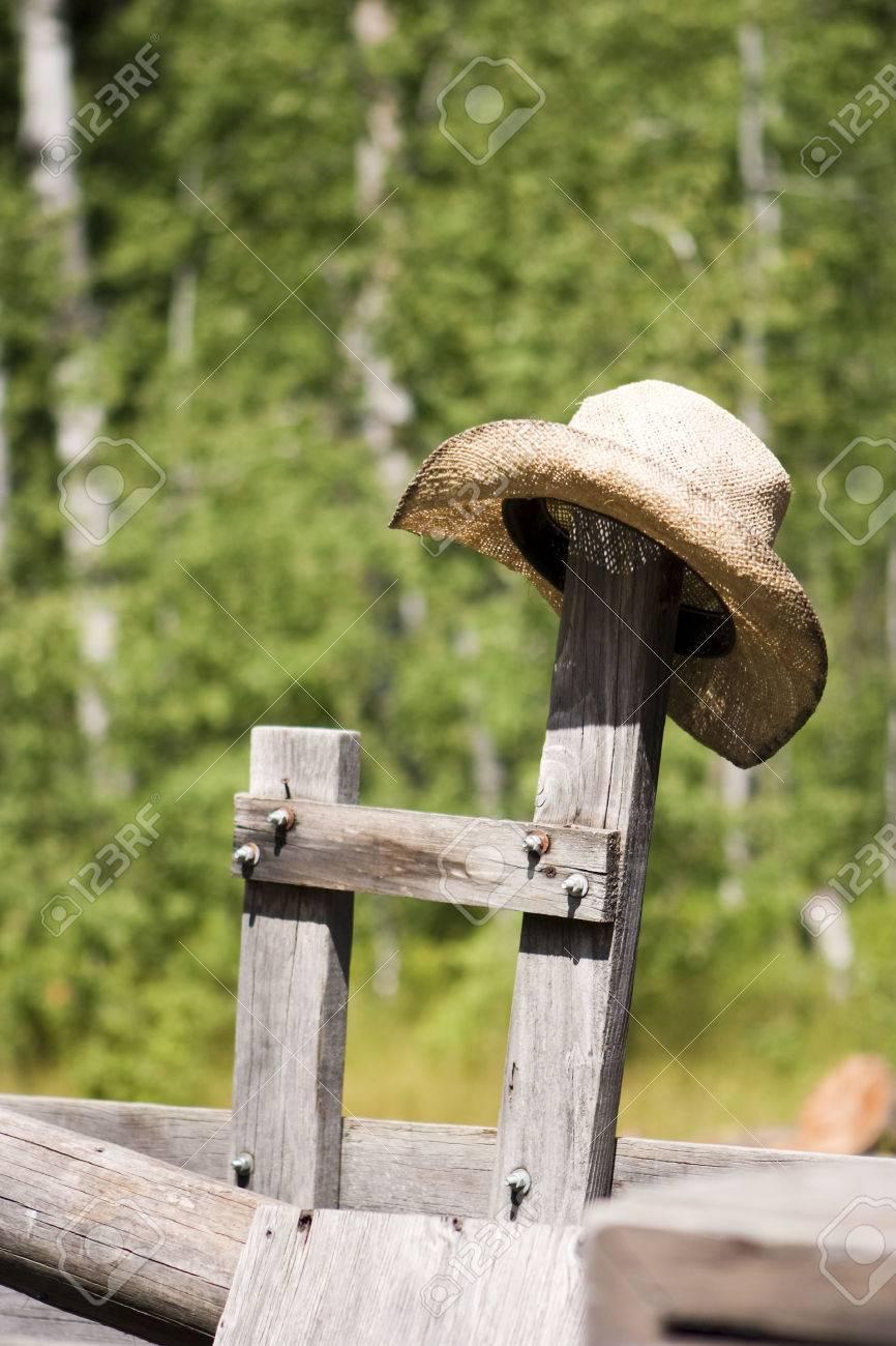 Ein Stroh Cowboy Hut Ruhen Auf Einem Alten Hölzernen Post Auf Eine ...