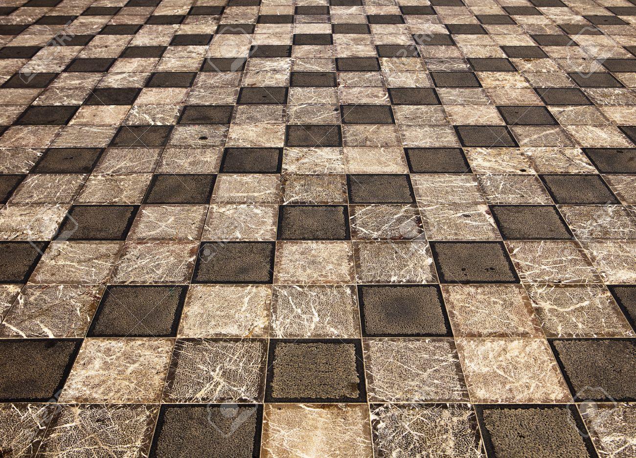 Un disegno geometrico delle piastrelle quadrate di marmo grigio è