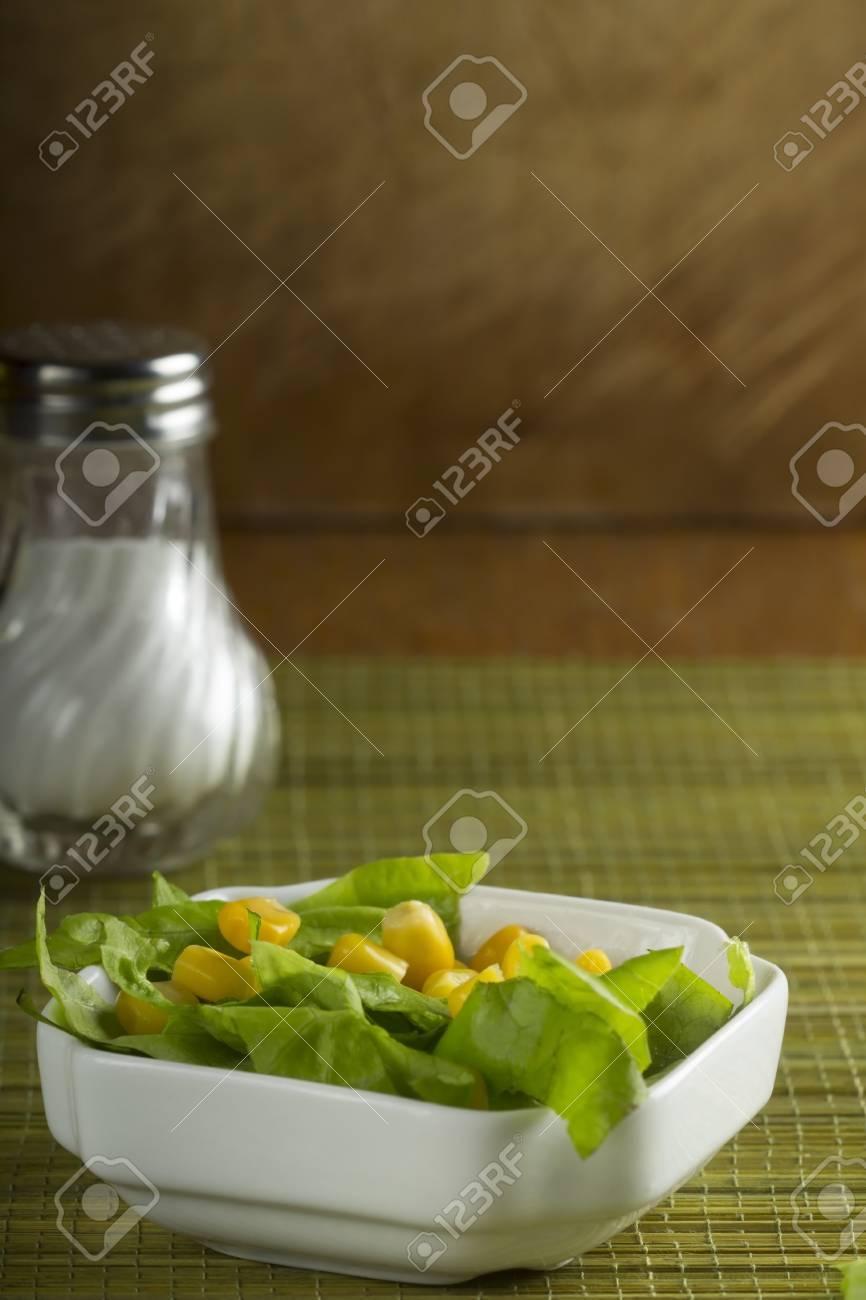 Salat Mit Salat Und Mais In Der Weissen Schussel Uber Grunem Bambus