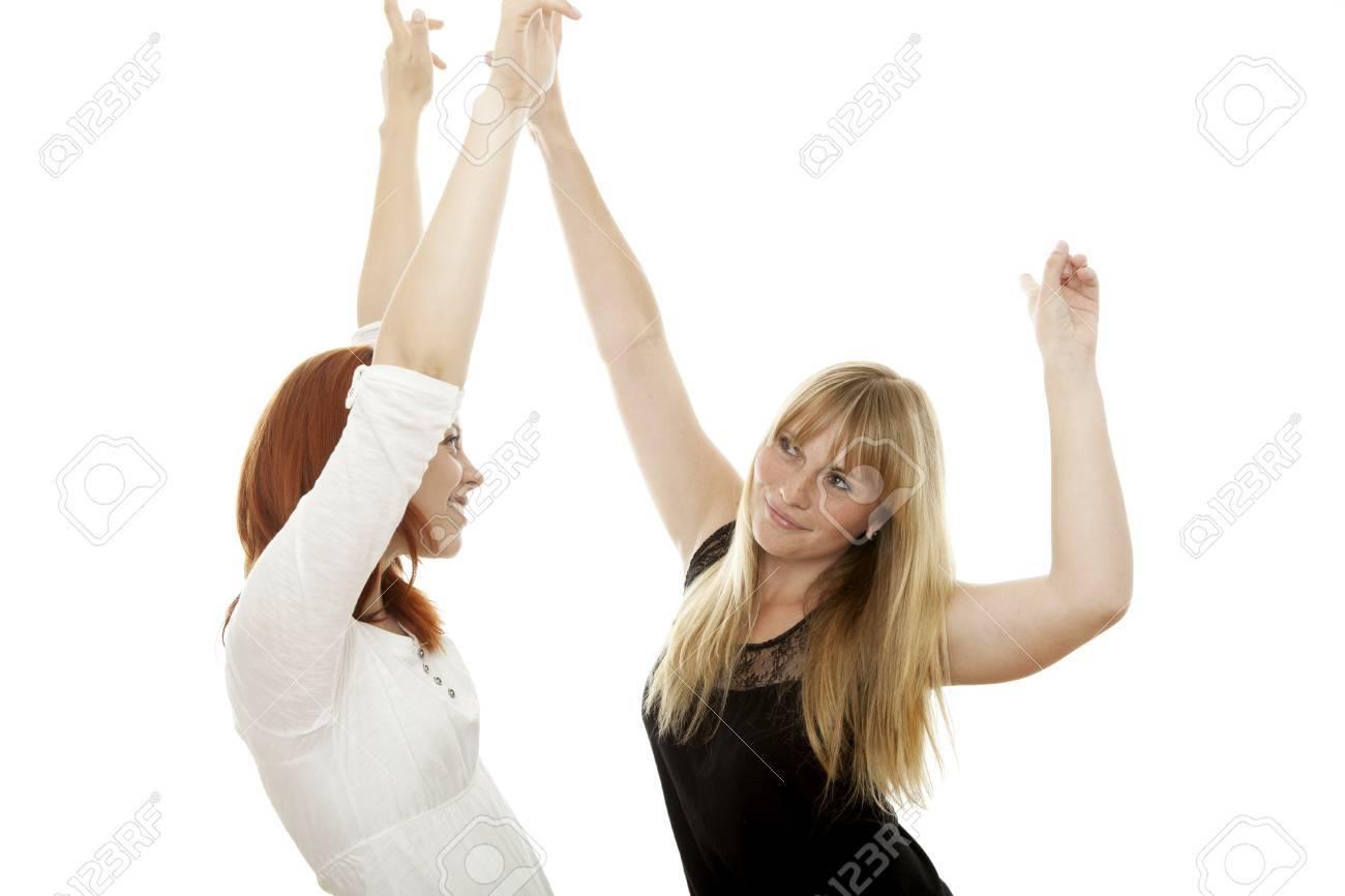Почему женщины танцуют перед