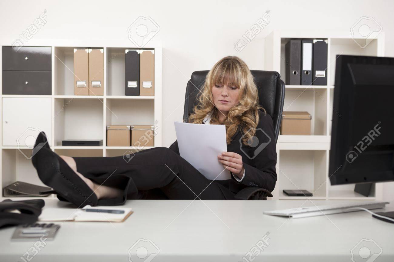 Gestionnaire de détente au travail avec ses pieds sur le bureau