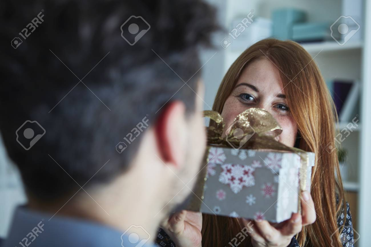 Junge Mädchen Glücklich überraschen Ihren Freund Mit ...