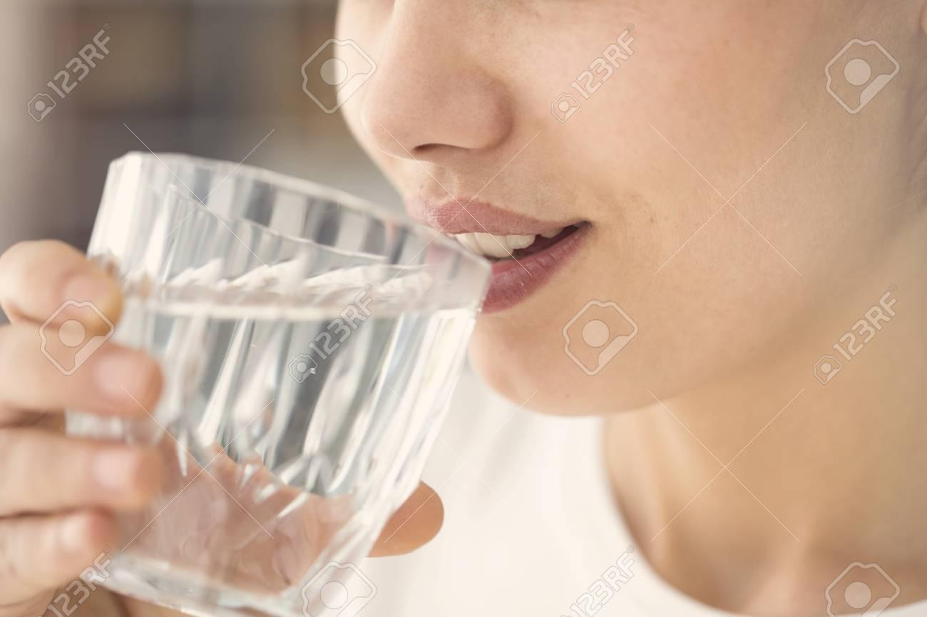 水 コップ 一杯 の
