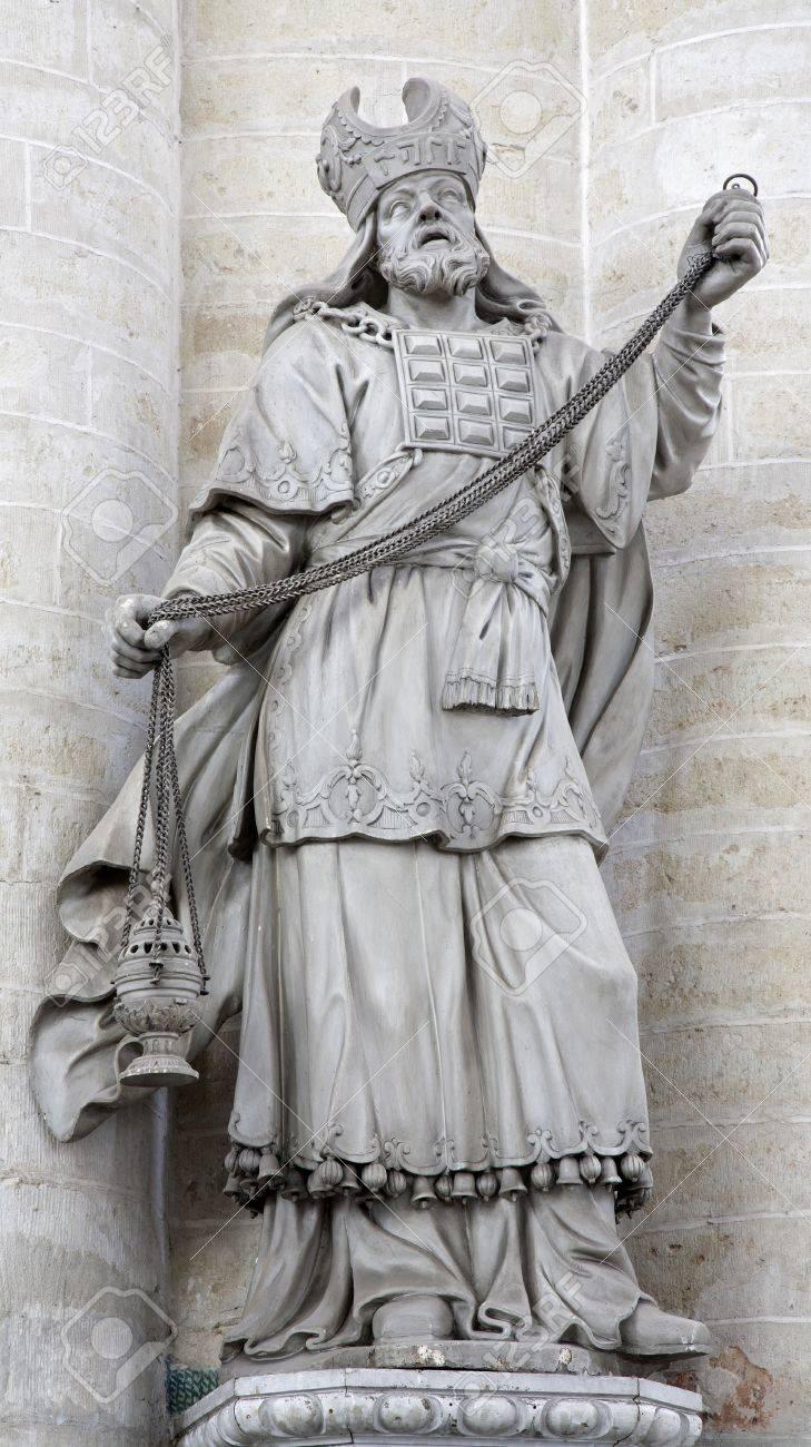 BRUSELAS - 21 De Junio Estatua De Sumo Sacerdote De La Iglesia De ...