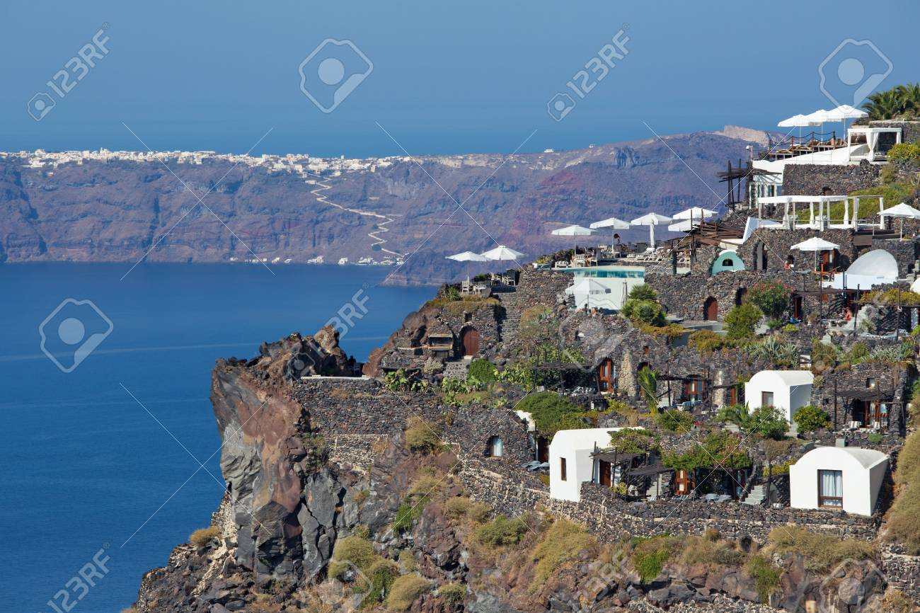 SANTORINI, GRECIA - 7 OTTOBRE 2015: La prospettiva sopra la località di  soggiorno di lusso in Imerovigili alla caldera con l\'isola di Therasia nei  ...