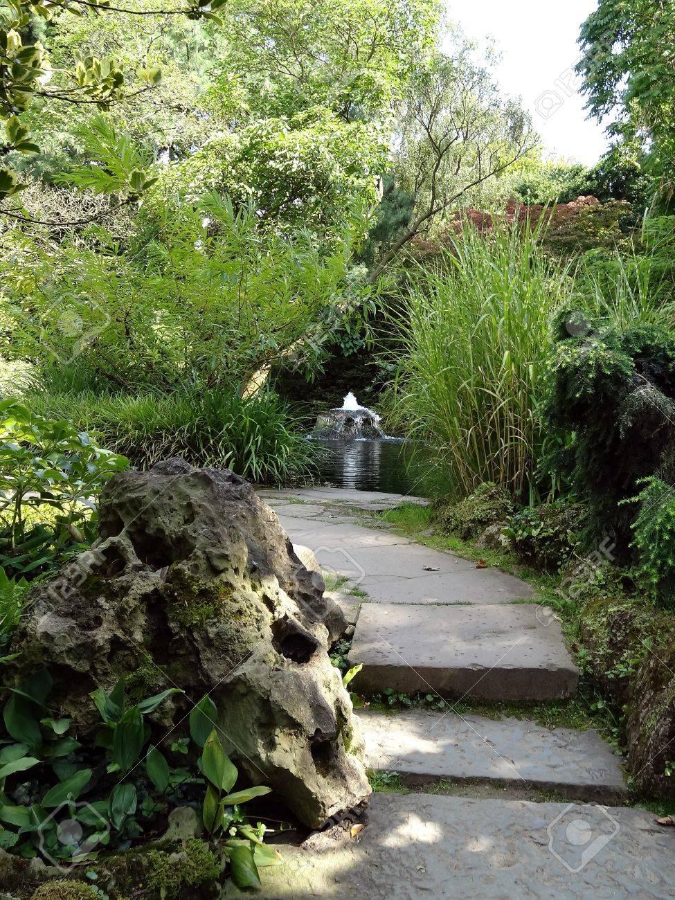 Jardin Japonais - Fontaine Artificielle Dans Un Environnement ...