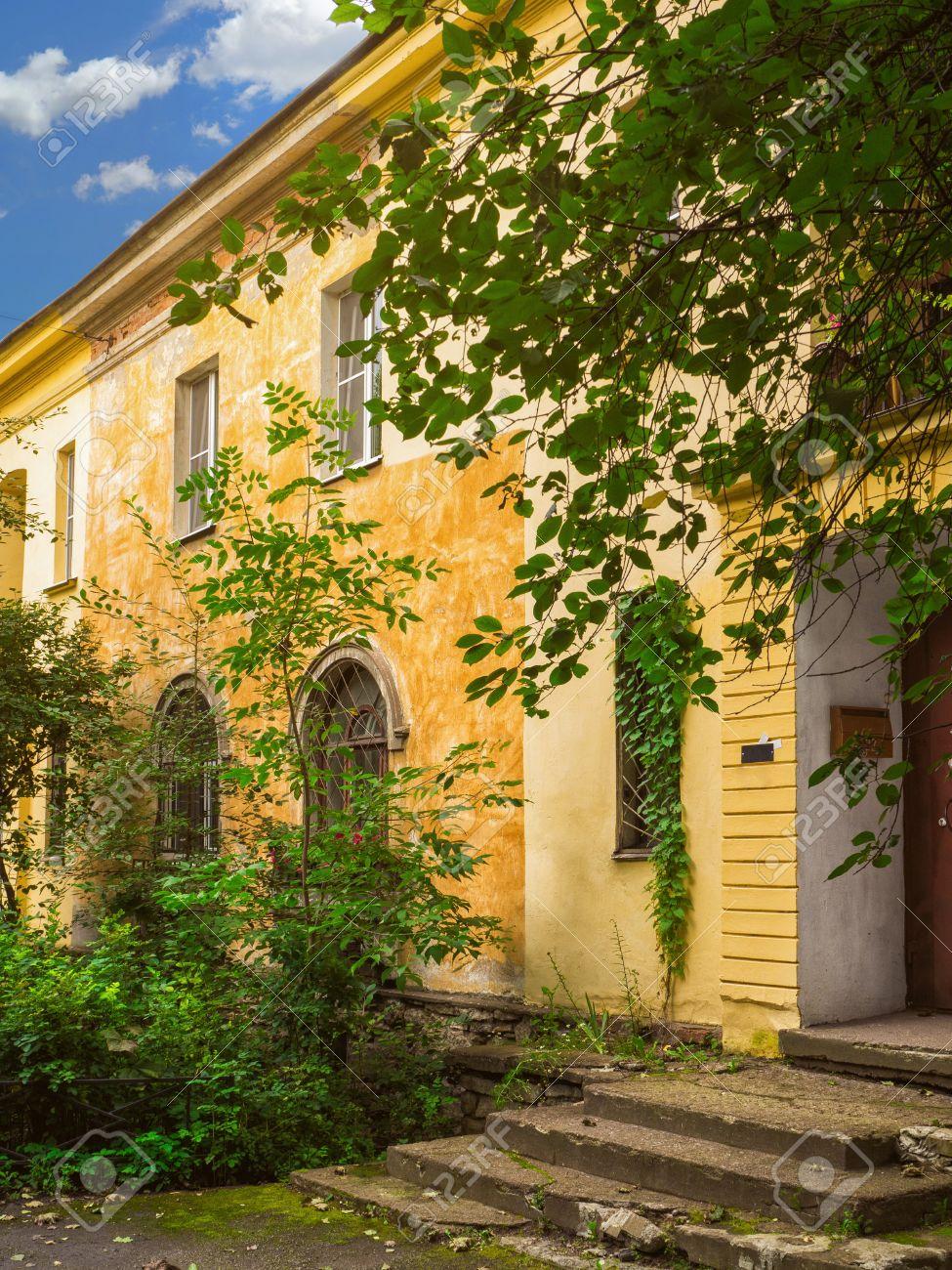 Fabulous Alte Gelbe Fassade Im Grünen Innenhof. Schöne Alte Gebäude Mit IP69