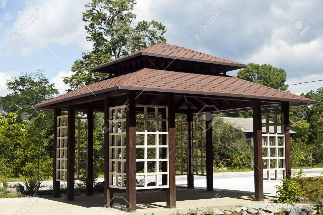 Tonnelle Japonaise Sur La Rive D\'un Petit étang Dans Le Bois Banque ...